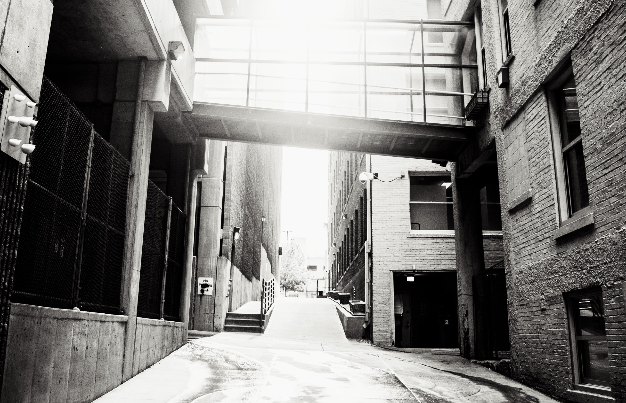 Photo of nondescript city alleyway